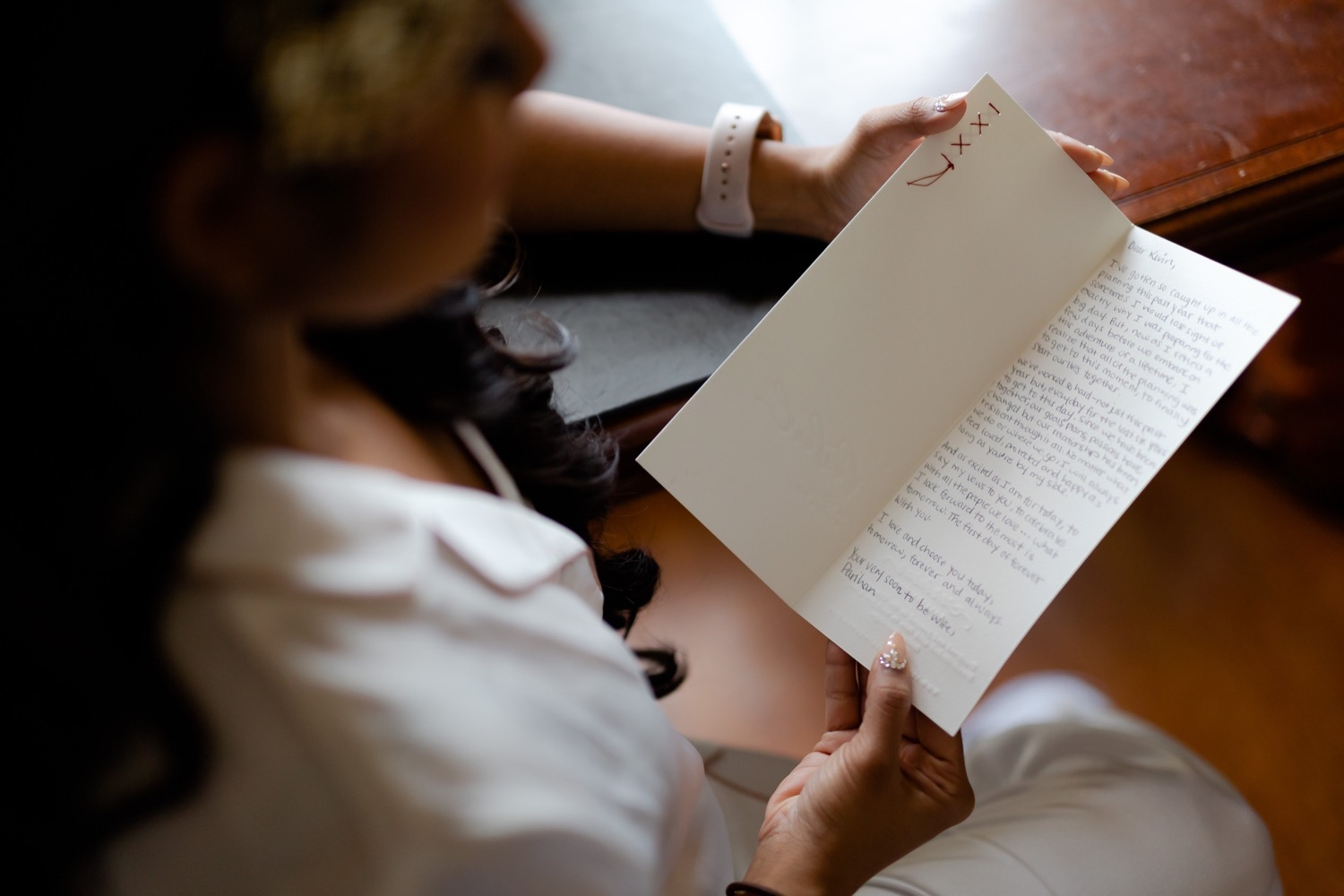 A bride reading a letter from a groom.